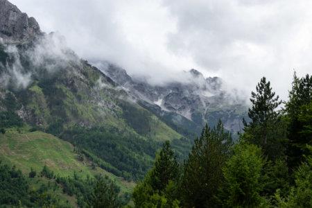 Nuages sur les montagnes à Valbona, Albanie