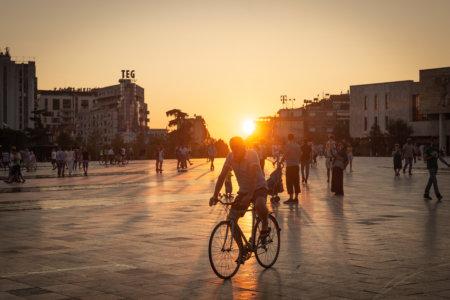 Coucher de soleil sur la place Skanderbeg à Tirana
