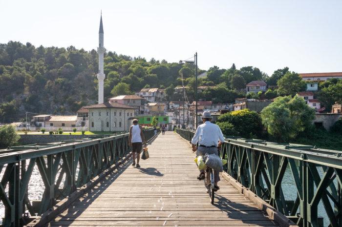 Pont de Shkodër et mosquée