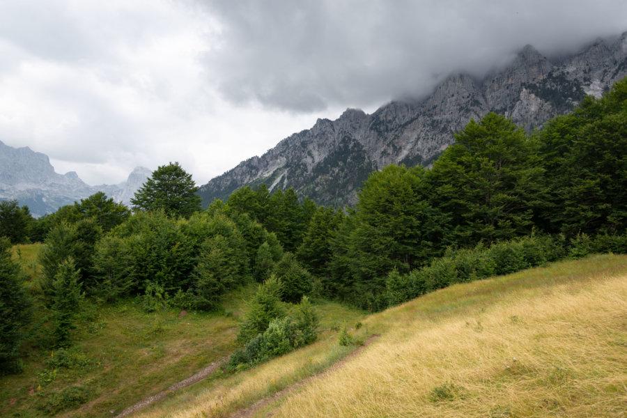 Randonnée dans la montagne à Theth en Albanie
