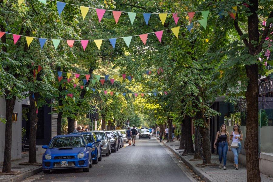 Rue dans le quartier de Blloku à Tirana