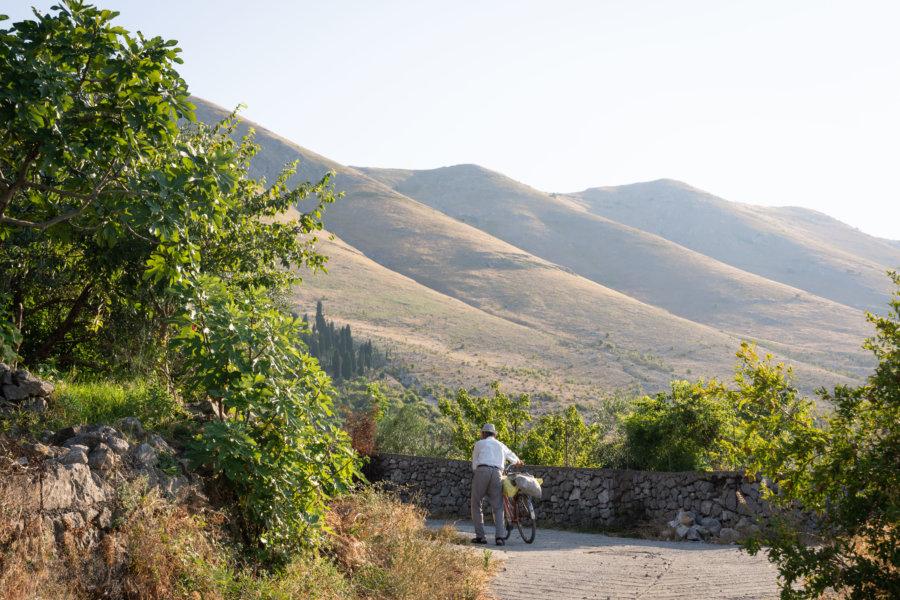 Vélo sur le lac de Shkoder en Albanie