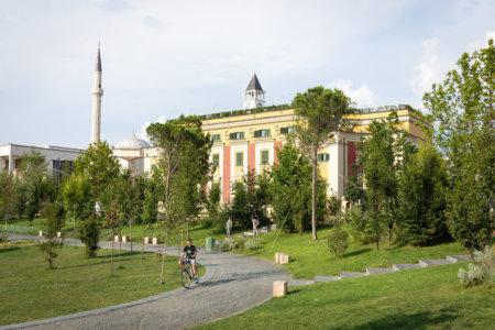 Vélo sur la place Skanderbeg à Tirana