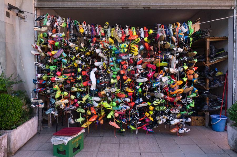 Vendeur de chaussures en Albanie