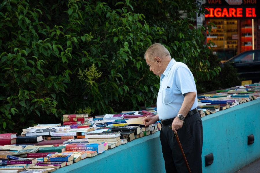 Vendeur de livres sur le pont à Tirana