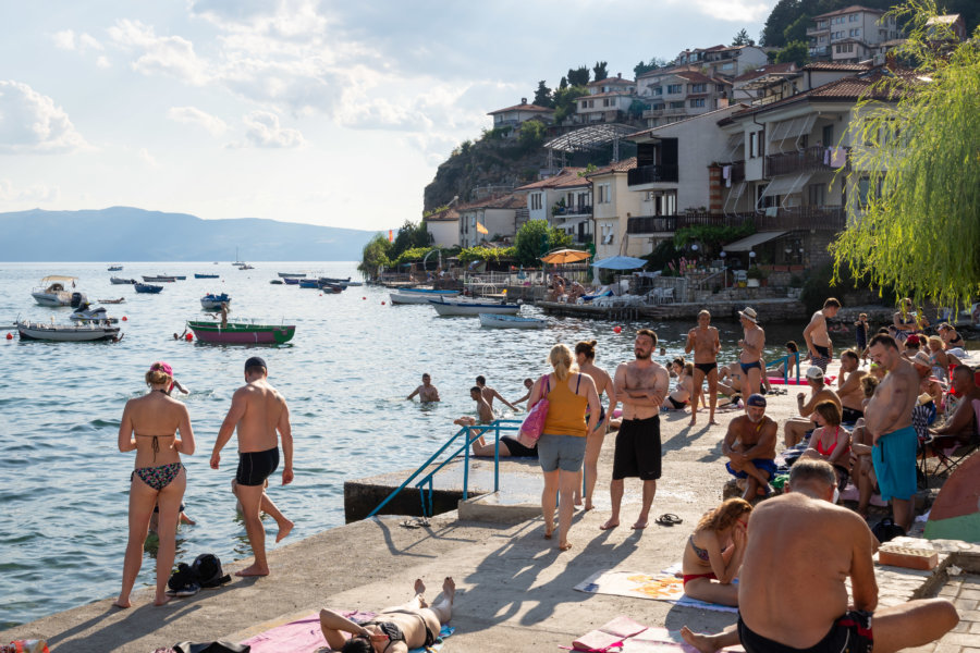 Baignade dans le lac d'Ohrid l'été