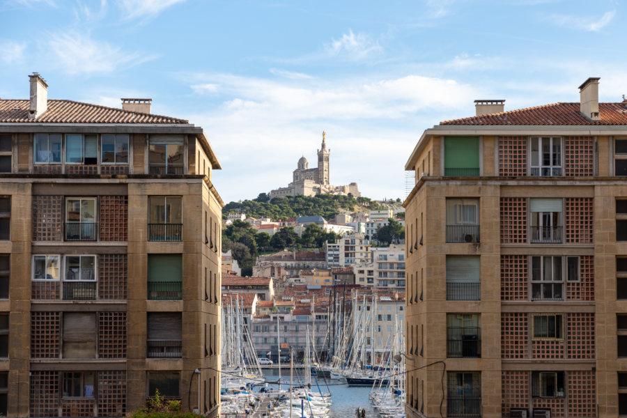 Vieux Port entre les immeubles de Marseille