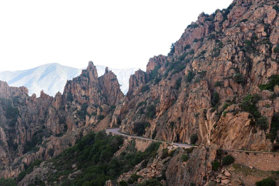 Route parmi les rochers des calanques de Piana