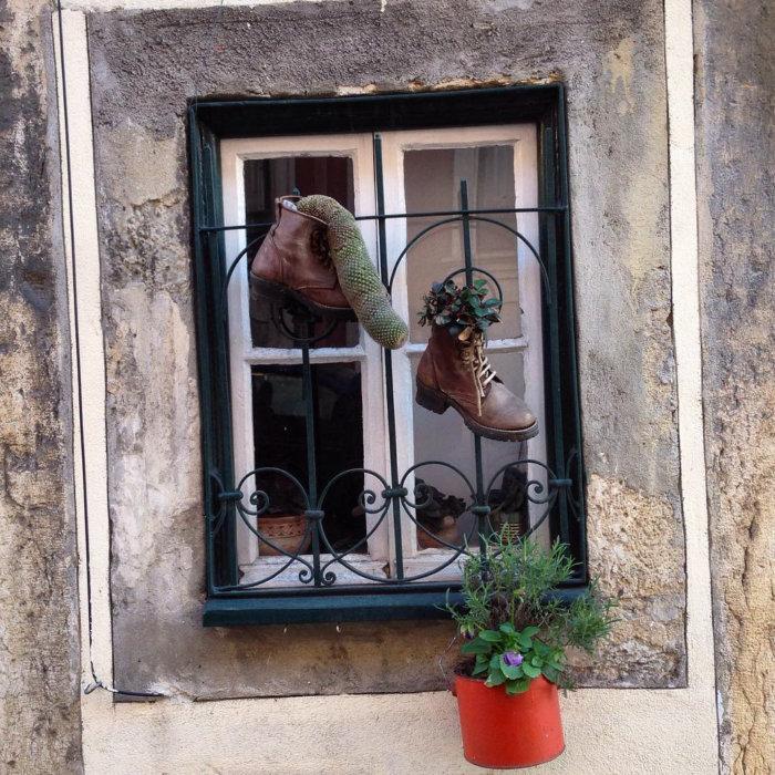 Chaussures aux fenêtres à Lisbonne
