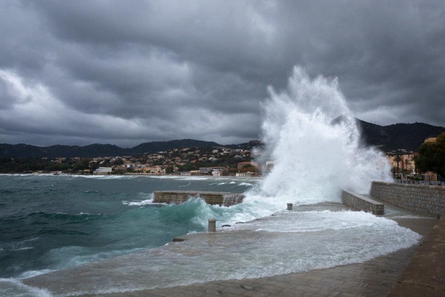 Grosses vagues à L'Île-Rousse