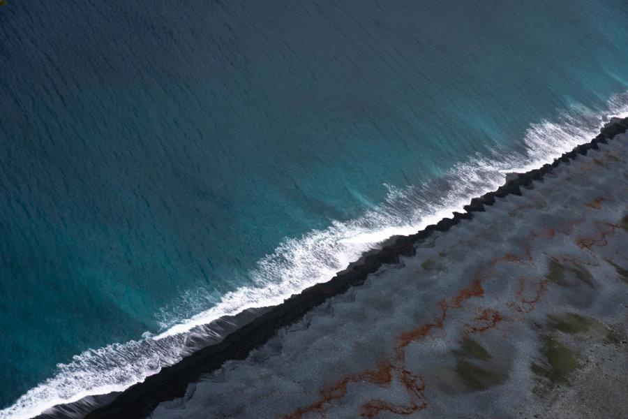 Plage de sable noir à Nonza, Corse