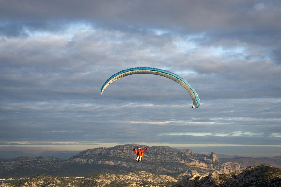 Parapente au-dessus des calanques de Marseille