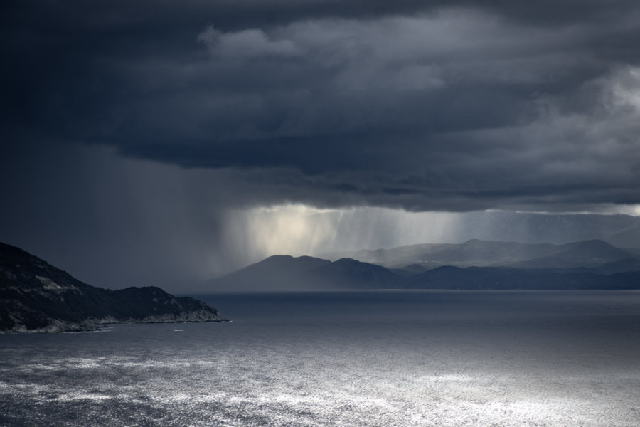 Nuages menaçants pendant l'orage sur le Cap Corse