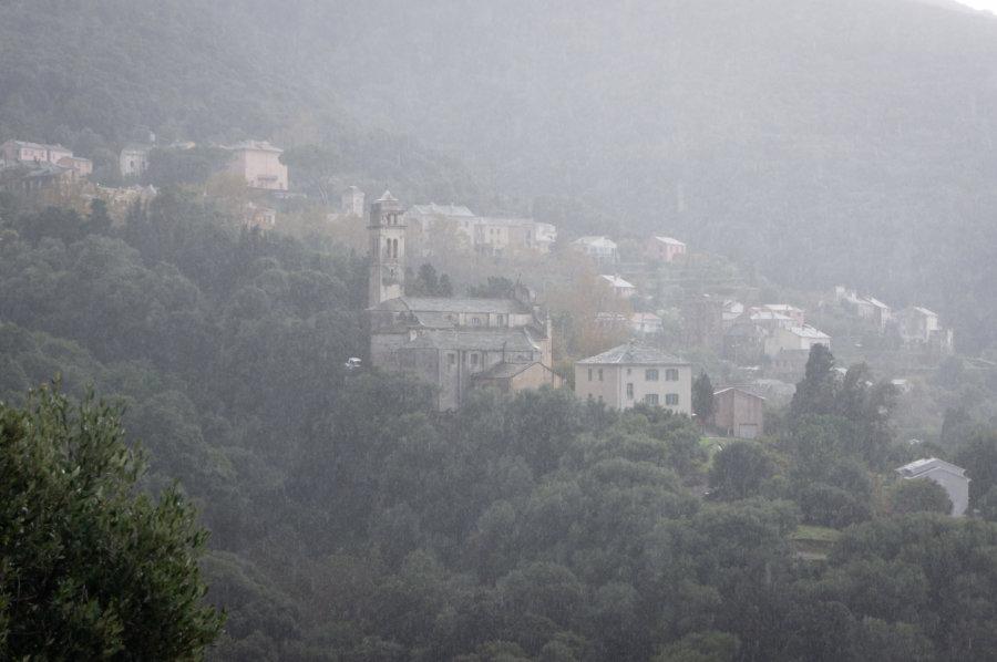 Village corse à travers la pluie d'automne
