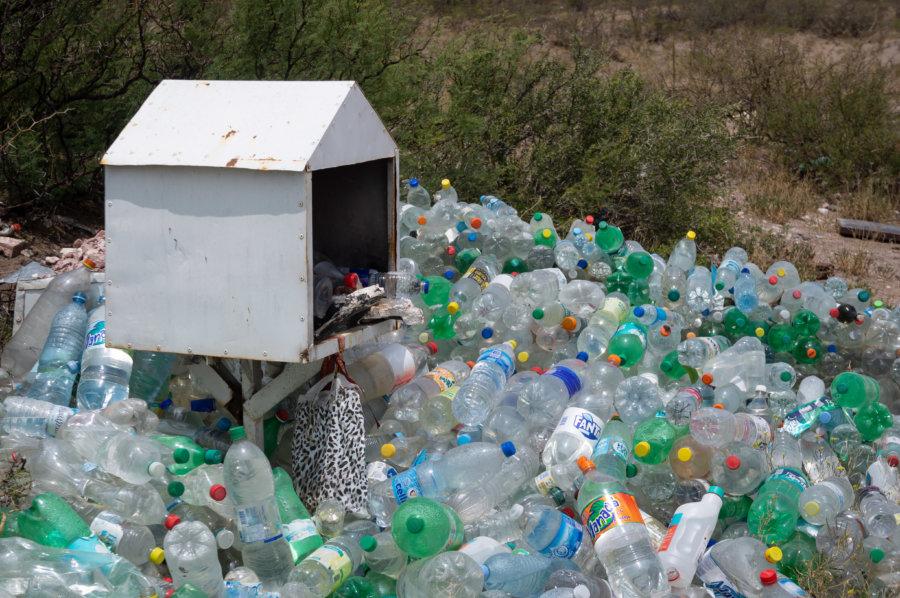 Autel dans la montagne et bouteilles en plastique