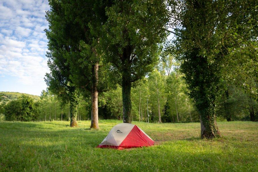 Tente dans un camping désert