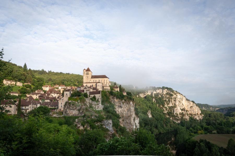Saint-Cirq-Lapopie sort du brouillard