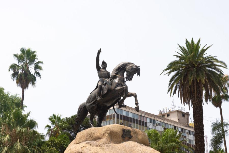 Statue du général San Martín à Mendoza