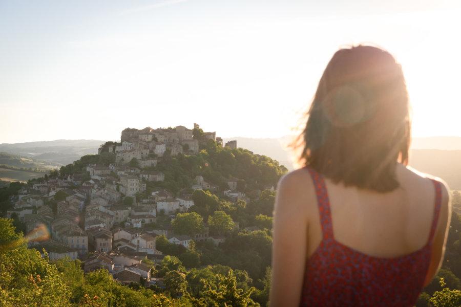 Vue panoramique sur Cordes-sur-Ciel au coucher du soleil
