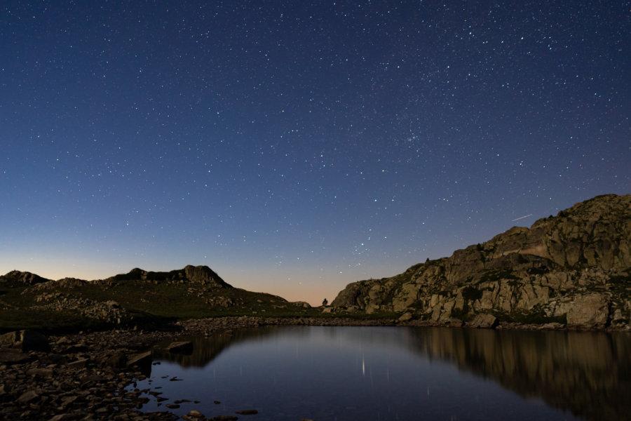 Bivouac sous la nuit étoilée près d'un lac de Néouvielle