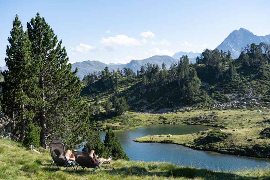 Randonneurs près du Lac de Bastan dans les Pyrénées