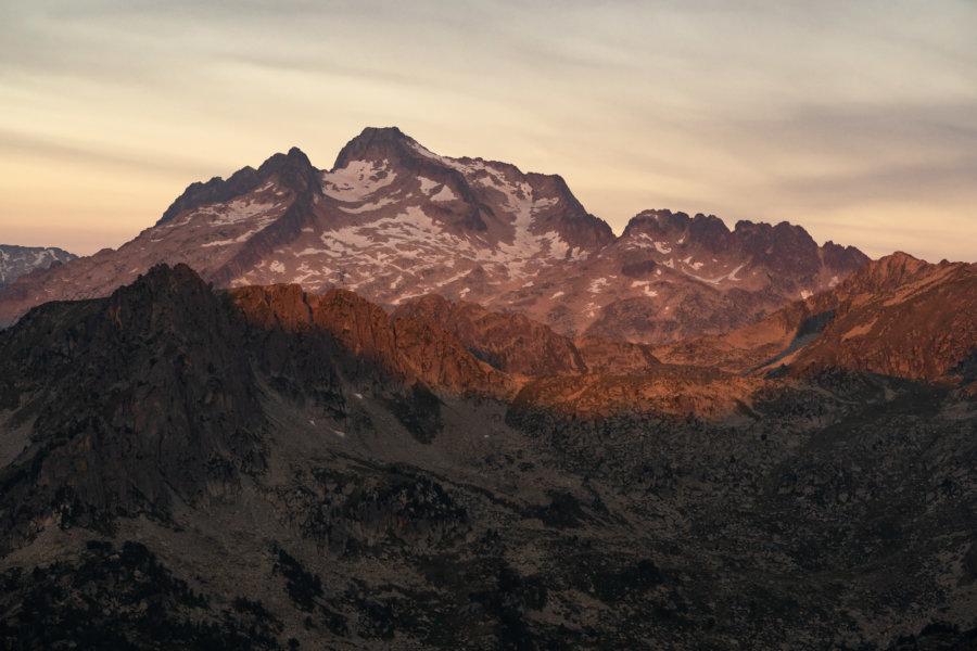 Lever de soleil sur la montagne dans les Pyrénées