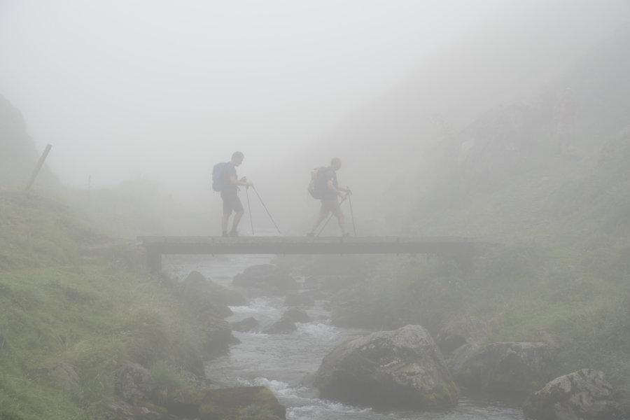 Randonnée dans le brouillard vers les lacs de Barroude