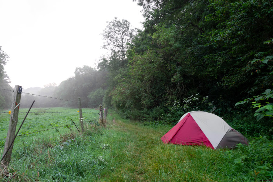 Bivouac dans la forêt, randonnée en Normandie