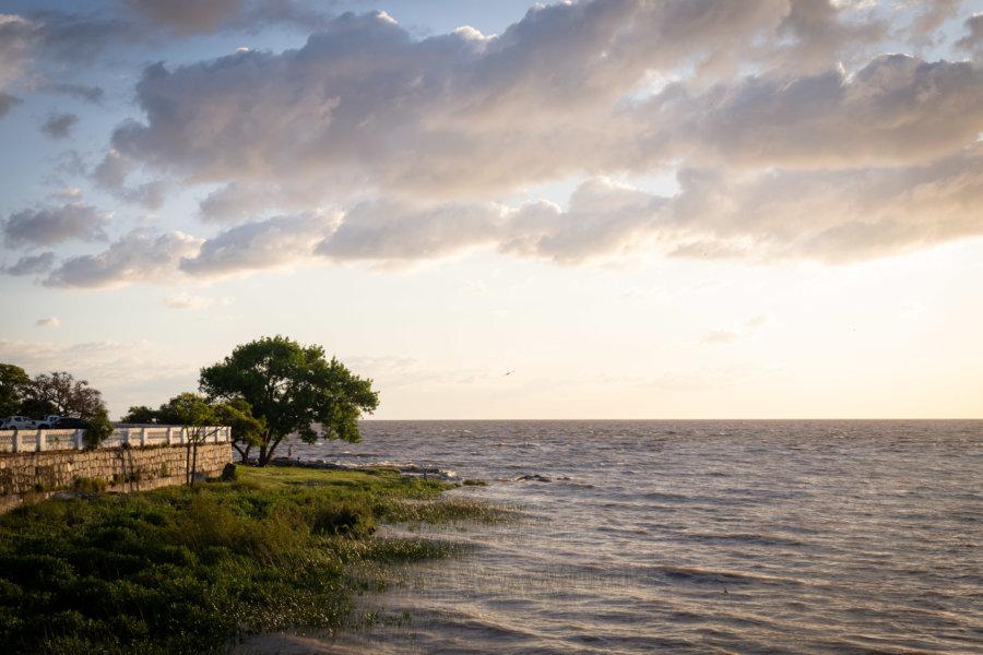 Coucher de soleil près du fleuve à Colonia en Uruguay