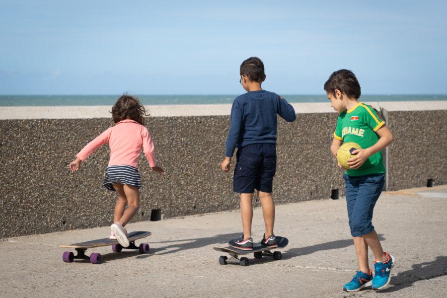 Enfants et skate l'été en Normandie