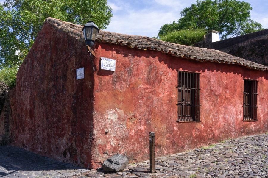 Maison rouge rue des soupirs à Colonia en Uruguay