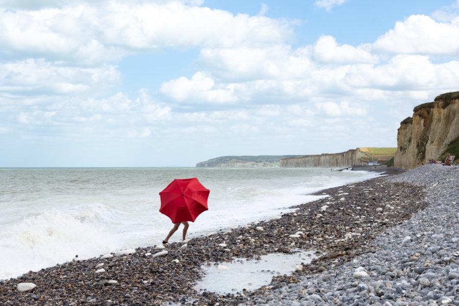 Parasol à jambes sur la plage de Saussemare