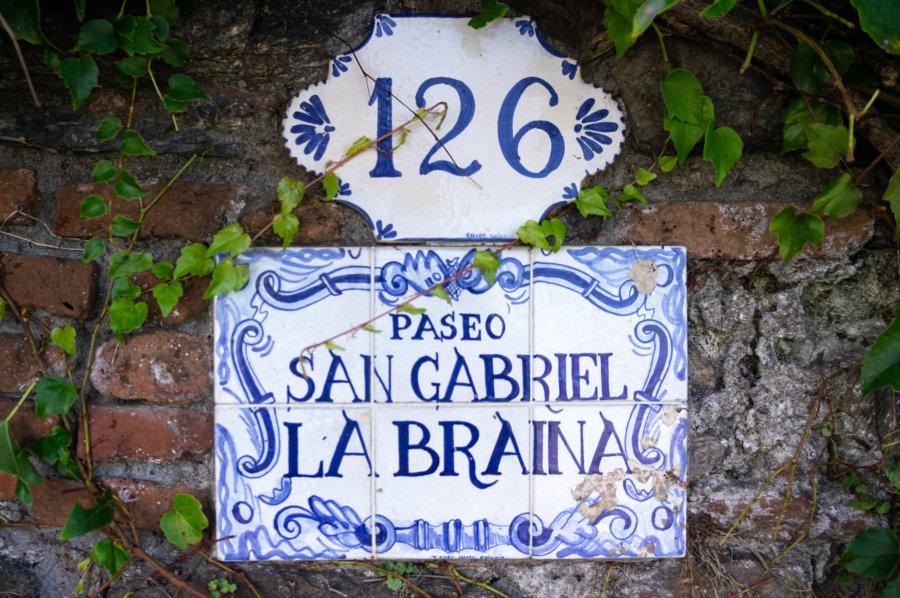 Plaque de rue à Colonia del Sacramento en Uruguay