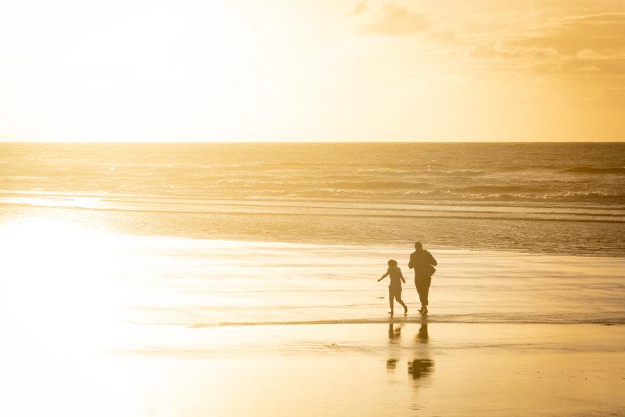 Silhouettes sur la plage de Dieppe au coucher du soleil