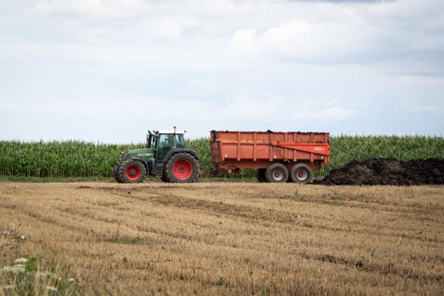 Tracteur et fumier dans un champ de Normandie