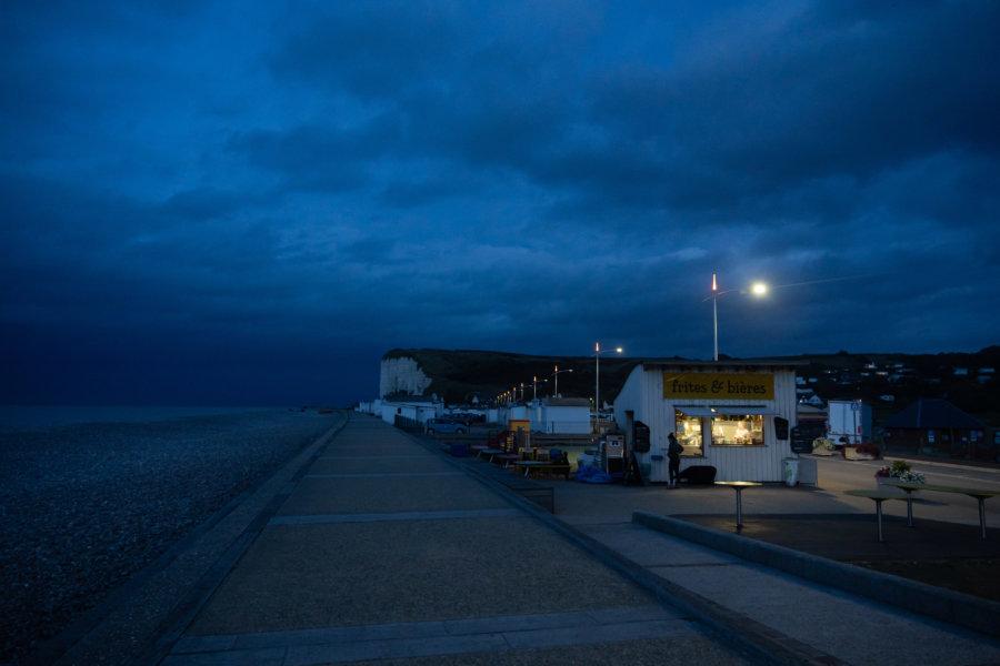 Baraque à frites à Veulettes-sur-Mer la nuit