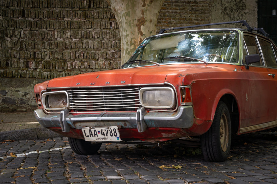 Vieille voiture rouge en Uruguay