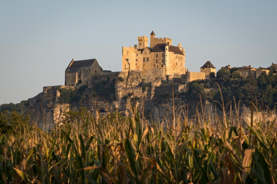 Château de Beynac en Dordogne au lever du soleil