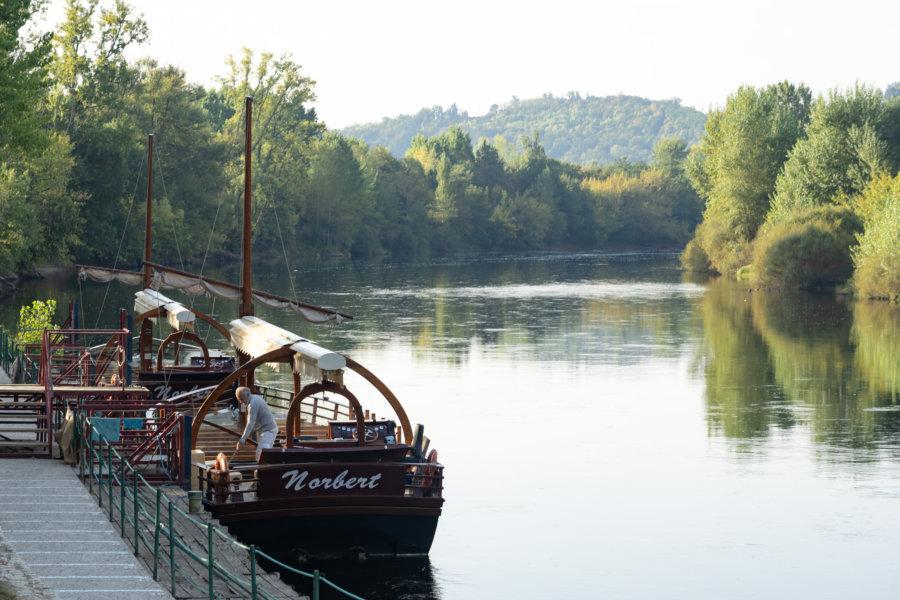 Gabare sur le fleuve de la Dordogne à La-Roque-Gageac