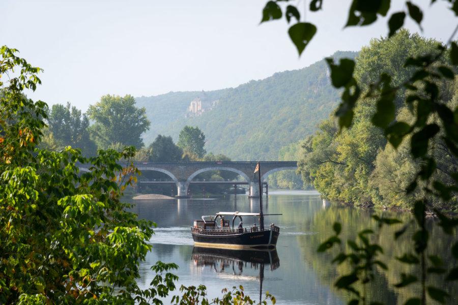 Gabare sur la Dordogne près de Beynac-et-Cazenac