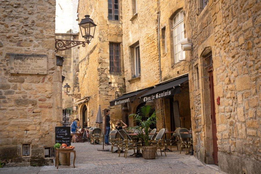 Restaurant dans une rue ancienne de Sarlat en Dordogne