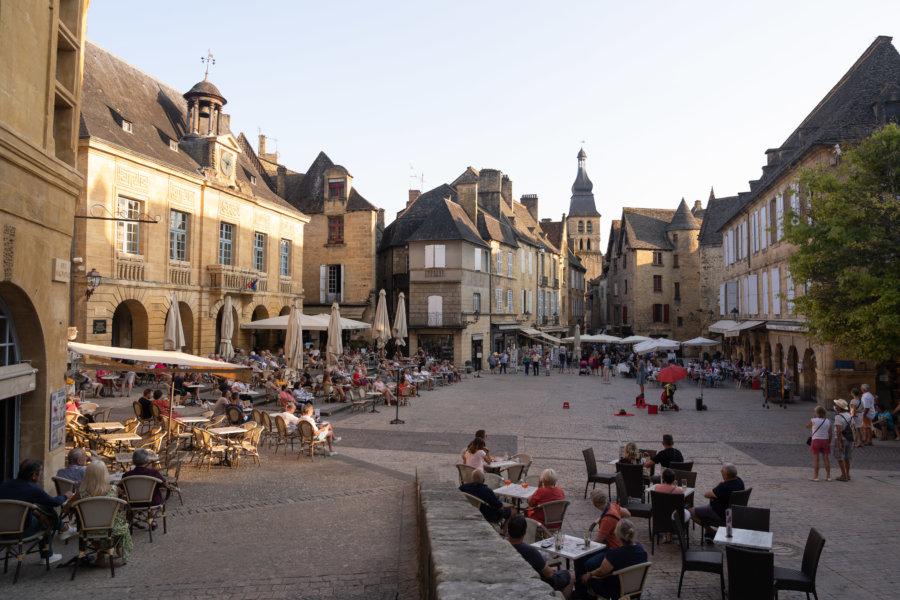 Terrasses de bars et restaurants à Sarlat en Dordogne