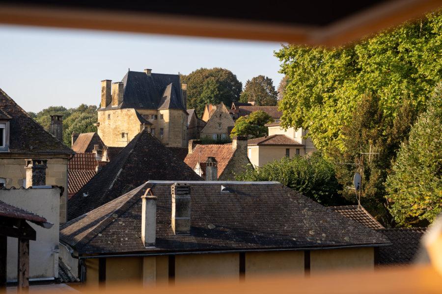 Vue sur Sarlat à travers la fenêtre de l'hôtel