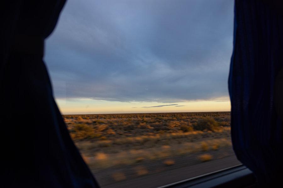 Bus en Patagonie au lever du soleil
