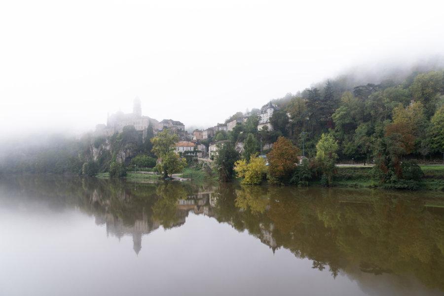 Village d'Albas dans la brume, Lot