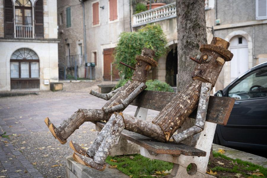 Banc d'artistes dans le village de Puy l'Évêque