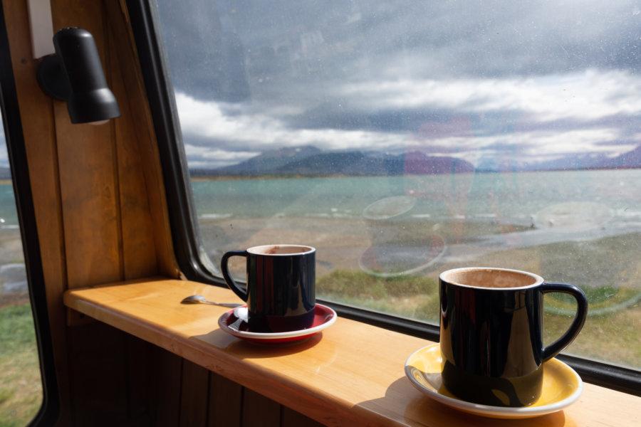 Chocolat chaud avec vue en Patagonie chilienne