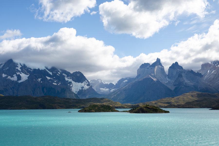 Vue sur le lac Pehoé depuis le camping à Torres del Paine