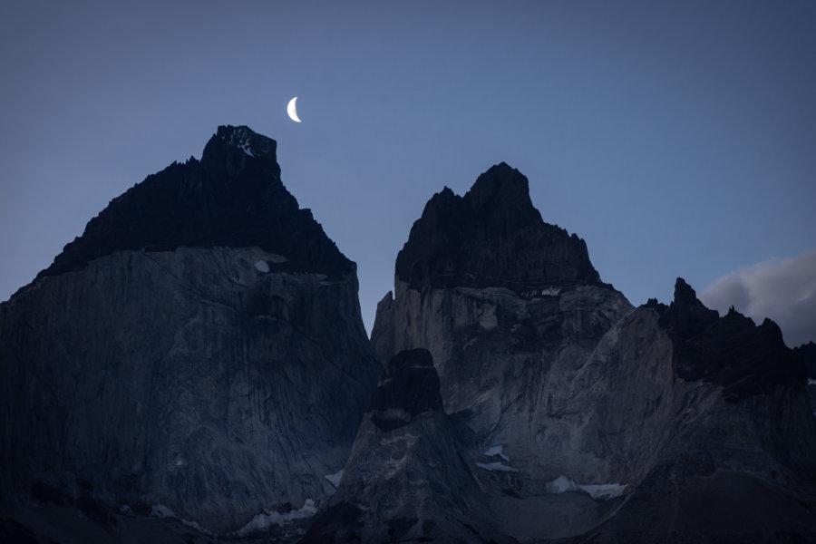 Lune au-dessus des montagnes Cuernos à Torres del Paine