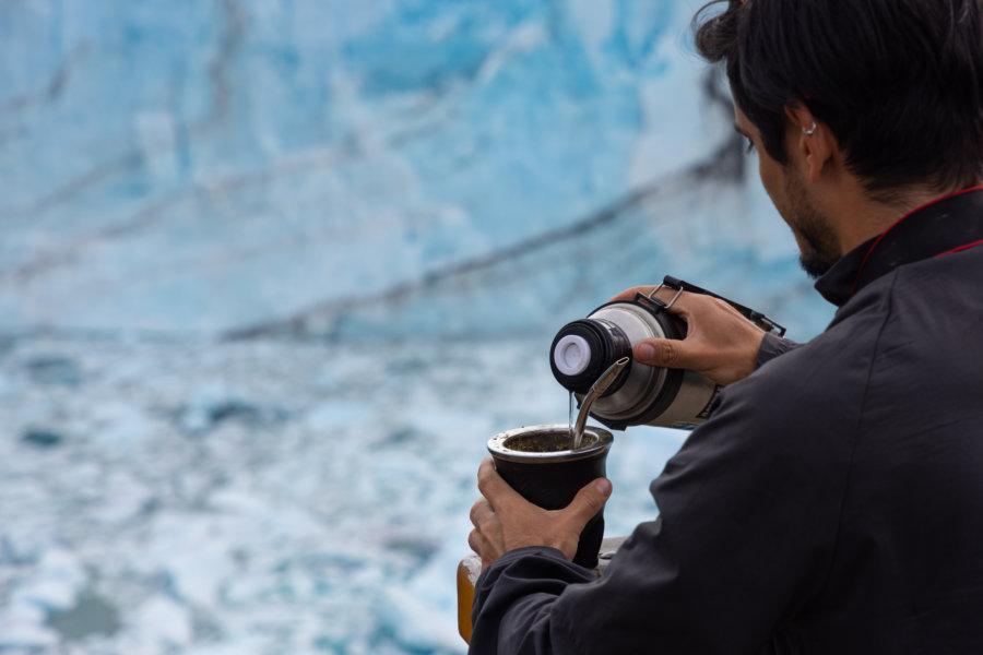 Argentin et son matériel à maté devant le Perito Moreno